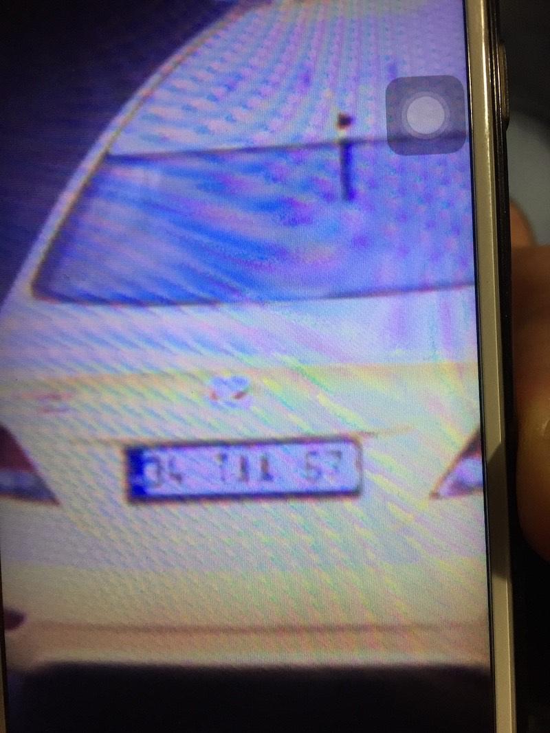 Photo d'une capture d'écran de l'écran de surveillance qui montre un taxi et une plaque !