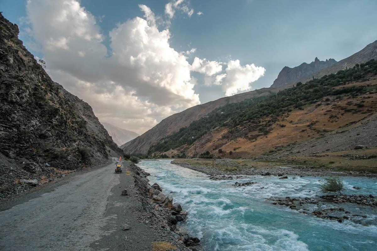 La route et la rivière fougueuse