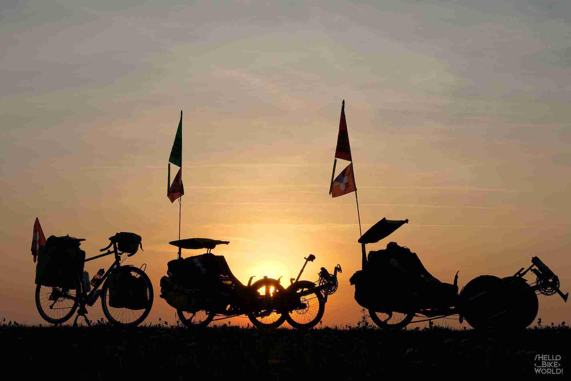 Le trio des machines au coucher de soleil