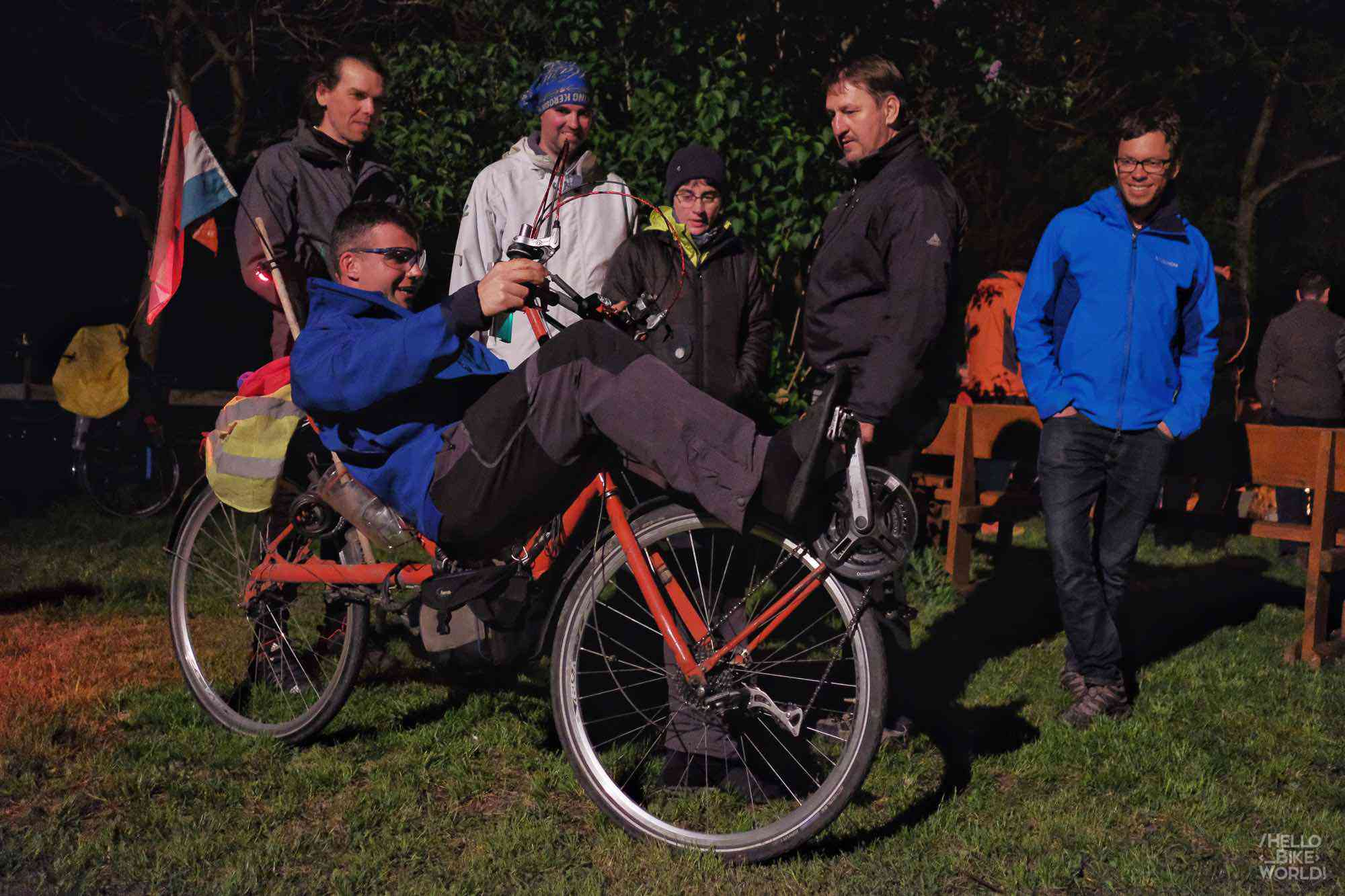 Ein Fahrrad, das Pedal mit beiden Händen und Füßen !
