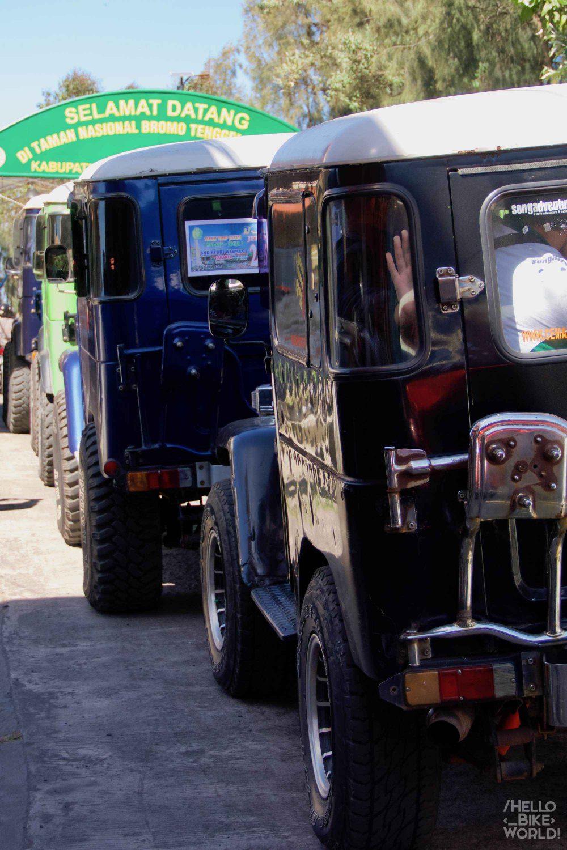 Horde de jeeps bloquées dans le village de Cemoro Lawang